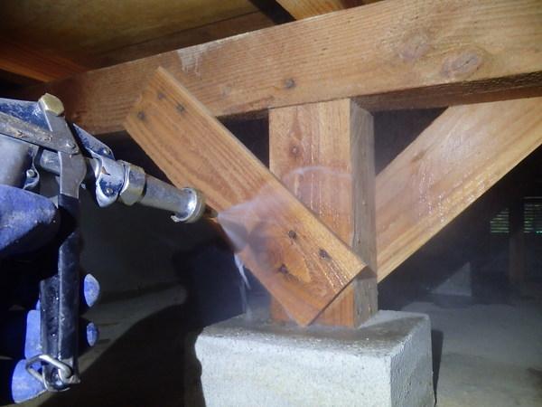 防府市自由ヶ丘4丁目にて白蟻予防工事。同時に大工さんが和室の座板補修をして万事解決。のサムネイル