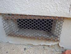 古くなった床下換気扇の撤去。換気口にネット取り付け。