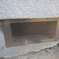 古くなった床下換気扇の撤去。換気口にネット取り付け。のサムネイル