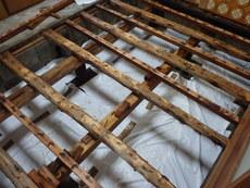 下松市河内にて白蟻予防工事。調湿剤使用で湿気対策。