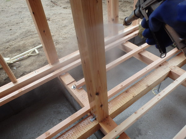 防府市新田にて増築部の白蟻予防工事。増築時にはきちんと予防処理を。のサムネイル