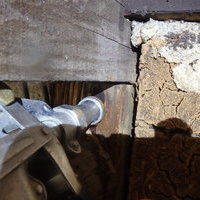 防府市開出本町にて納屋の白蟻駆除。ヤマトシロアリ被害が柱の上まで。のサムネイル