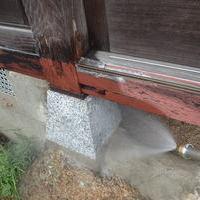山口市鋳銭司にて白蟻予防工事。現在地域交流の場として使われている大切な建物です。のサムネイル