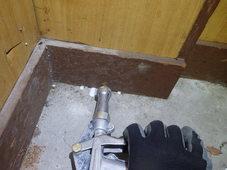 防府市天神の店舗にて白蟻工事。工事内容によっては保証をお付けできない場合もございます。