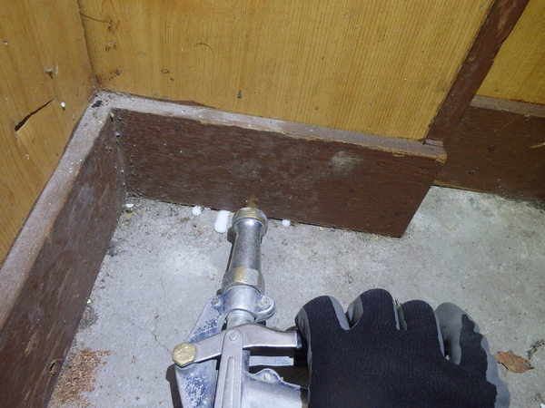 防府市天神の店舗にて白蟻工事。工事内容によっては保証をお付けできない場合もございます。のサムネイル