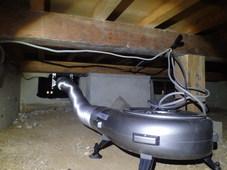 防府市台道にて床下換気扇設置工事。住宅の構造に合わせて適切な設置を。