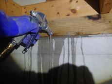 防府市鈴屋にて白蟻予防工事。約10年前の塗装時に予防をされ、それ以来だそうです。
