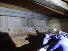 防府市向島にて白蟻予防工事。